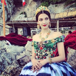 Dolce & Gabbana faz desfile exuberante em Capri, para poucos