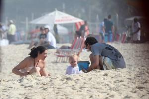 Dolce far niente: Andrea Casiraghi curte praia em família no Rio