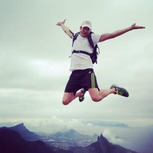 Ashton Kutcher acorda animado para conhecer as paisagens do Rio