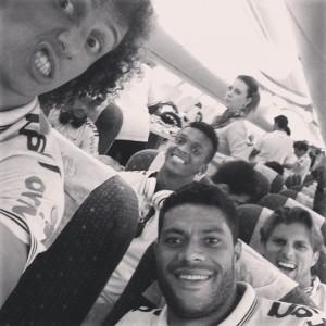 """David Luiz posta selfie da Seleção Brasileira no avião: """"Partiu Fortaleza"""""""