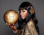 Naomi Cambell posa com fones exclusivos da seleção de futebol alemã