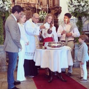 Julia Monteiro de Carvalho batiza sobrinha em cerimônia de Pe. Jorjão