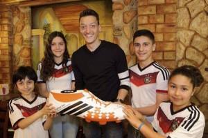 Özil doa prêmio da Copa para crianças do Brasil. É gol da Alemanha!