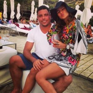 Paula Morais se declara para o noivo Ronaldo com direito a colinho