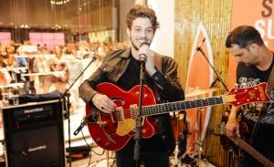 Fervo na Oscar Freire: Schutz lança o seu verão com pocket show de Chay Suede