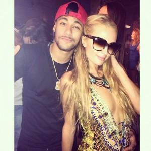 Paris Hilton usa o Instagram para mostrar sua balada ao lado de Neymar