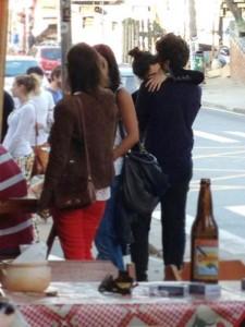 Flagra! Chay Suede e Laura Neiva abraçados em restaurante em SP