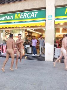 Turistas italianos saem pelas ruas de Barcelona sem roupa. Ui!