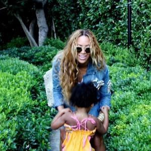 Beyoncé, com look nada básico, cheia de flores e com Blue Ivy