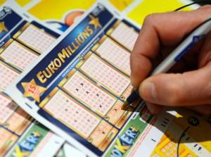 Irlandesa ganha R$ 81 mi em loteria e doa R$ 78 mi para os pobres como ela