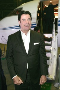 John Travolta dá rasante por São Paulo pilotando o próprio jato