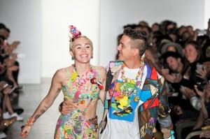 Jeremy Scott desfila com Miley Cyrus na Semana de Moda de NY