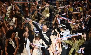Gaultier se despede da Semana de Moda de Paris com homenagem às editrix