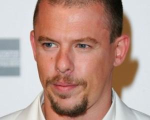 Novo livro faz revelações surpreendentes sobre Alexander McQueen. Vem saber!