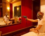 Monica Barki transforma performances em motéis do Rio em fotografia
