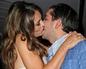 Banqueiro desembolsa R$ 186 mil para beijar Elizabeth Hurley
