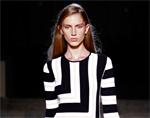 Victoria Beckham assina vestido parecido com o de certo estilista… Qual?