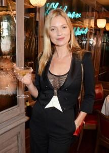 Kate Moss brinda 25 anos na moda com taça em formato de seu seio