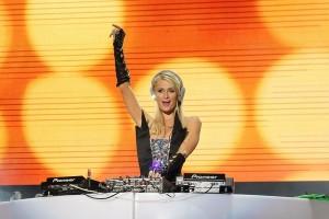 Paris Hilton fatura milhões como DJ. Mais até que Calvin Harris!