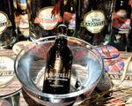 Com cervejas Karavelle, Dinho Diniz oferece noite de poker