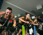 Com DJs de verdade, bike indoor queima até mil calorias por aula