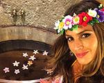 Izabel Goulart comemora aniversário em clima havaiano, mas em Alagoas