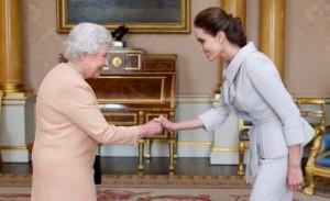 Angelina Jolie é recebida pela Rainha Elizabeth e condecorada por seus trabalhos humanitários