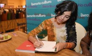"""Bela Gil autografa seu livro """"Bela Cozinha – As Receitas"""" em SP"""