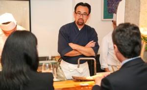 Jun Sakamoto arma jantar beneficente em seu restaurante em SP