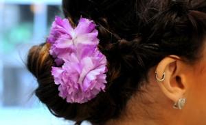 Tipo Frida Kahlo: penteado arrumadinho e florido para este fim de ano. Aprenda!