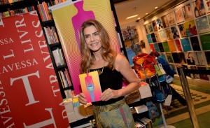 """Maitê Proença leva famosos ao lançamento de seu quarto livro, """"Todo Vícios"""", no Rio"""