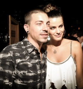 Isabeli Fontana confirma noivado com direito a aliança e tatuagem