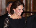 Kate Middleton sai da toca e mostra barriguinha de quatro meses