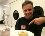 Aécio Neves janta e visita a cozinha de restô de SP. Olha o clique!
