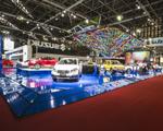 Suzuki inova com carros e pirâmide de neon no Salão do Automóvel