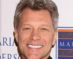 Jon Bon Jovi deixa a cabeleira de lado e assume o grisalho. Tempo, tempo…