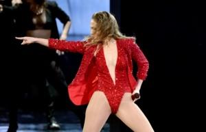 Aos 45 anos, Jennifer Lopez rouba a cena de novatas do pop. Vem ver!