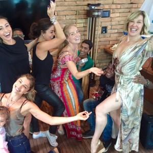 A farra de Ju Paes, Claudia Raia, Grazi e Sabrina no niver de Angélica