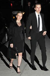 Sabia que Scarlett Johansson tem um irmão gêmeo? Vem ver quem mais