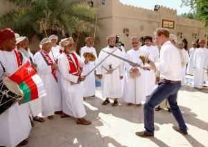 Príncipe Harry trava luta de espadas com senhor de 60 anos, olha só!