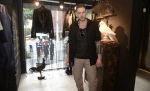 Renato Ratier recebe modernos na abertura de sua label