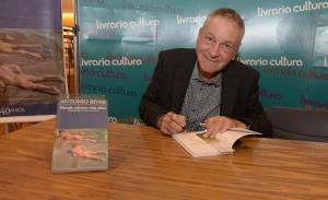 Noite de autógrafos do livro de Antonio Bivar em São Paulo
