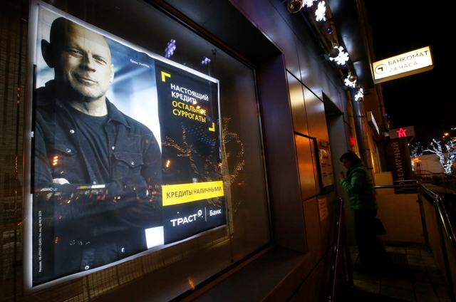 Bruce Willis em propaganda do banco Trust Bank, da Rússia || Créditos: Getty Images