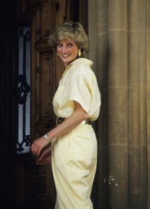 Leilão com vestidos da princesa Diana arremata US$ 500 mil