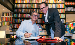 Cacá de Souza lança livro entre mil glamurettes no Rio