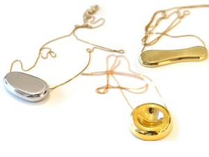 Uma seleção de joias e bijouxs divertidas e com toque artsy