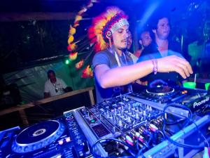 DJs Guga Guizelini e Marcelo Botelho entregam os hits do verão. Play