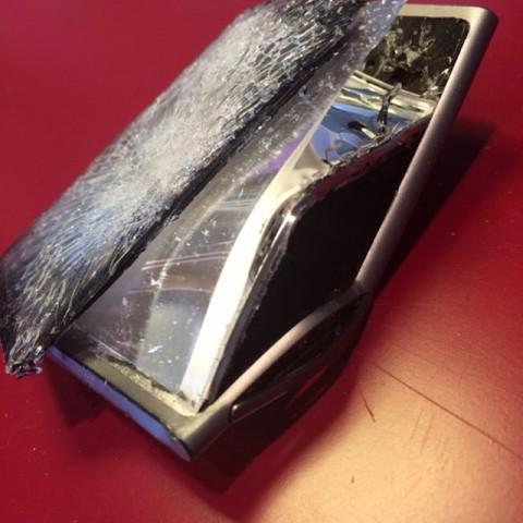 """""""Este iPod quebrado é um símbolo do meu coração partido! Que minha música foi roubada e vazou! Fui violada como um humano e um artista!     Créditos: Reprodução Instagram"""