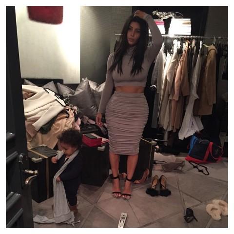Kim decepciona ao mostrar seu closet bagunçado || Créditos: Reprodução Instagram