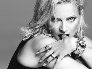 Rapte-me camaleoa! Madonna agora surge na nova campanha da Versace